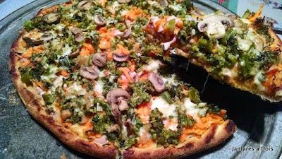 Pizza de legumes, peito de peru e cogumelo