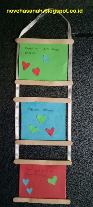 pita kain menghubungkan dan menyatukan semua bagian kerjainan tangan (prakarya) anak SD yang mudah ini sehingga dapat digantung dengan paku pada daun pintu atau tembok