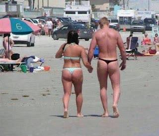 Mann und Frau mit String Tanga lustige Ferien Bilder
