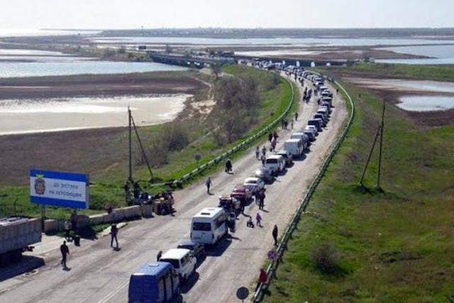Украинцы выстроились в очередь в Крым