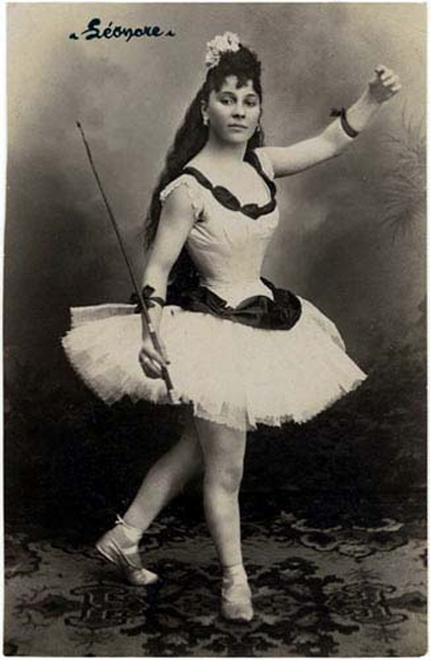 Vintage Circus Performers 118