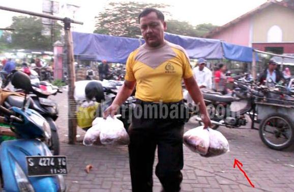 Masya Allah. Tidak Ingin Menghidupi Keluarga dari Hasil Uang Haram. Polisi Ini Berkeliling Pasar Menjual Bumbu Dapur Setiap Pagi