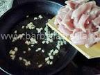 Piept de pui cu rosii preparare reteta - calim fasiile de carne cu usturoiul