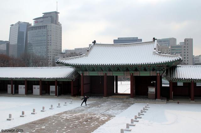Entrada del palacio Gyeonhuigung nevado