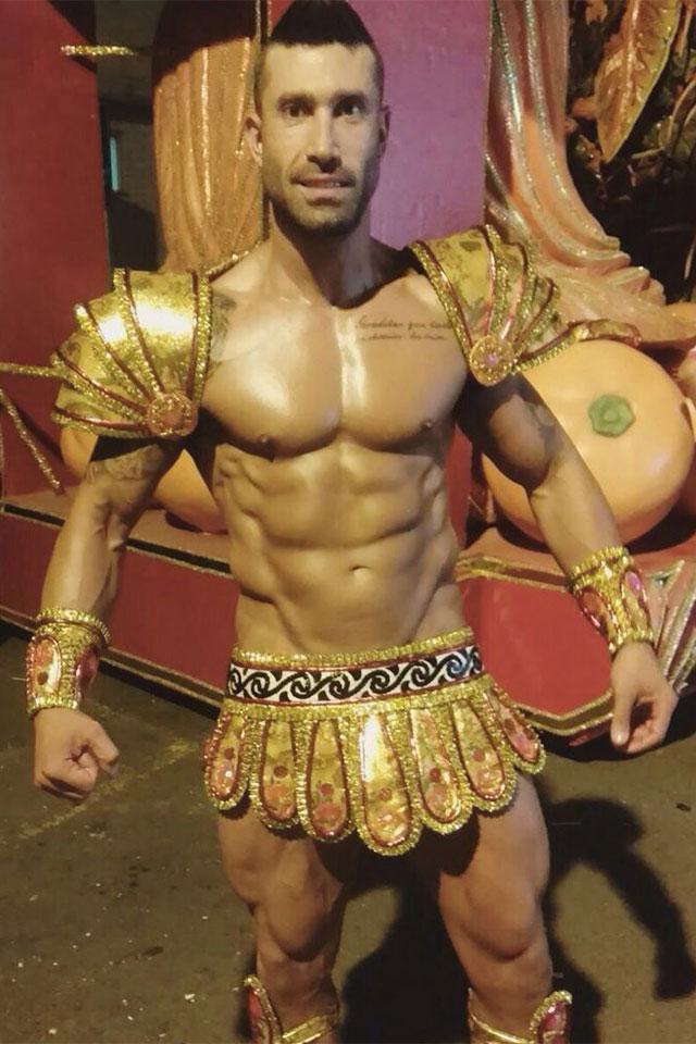 Pé Zambom mostra fantasia de Hércules e o corpo sarado na concentração da Aliança. Foto: Sislay Margarida