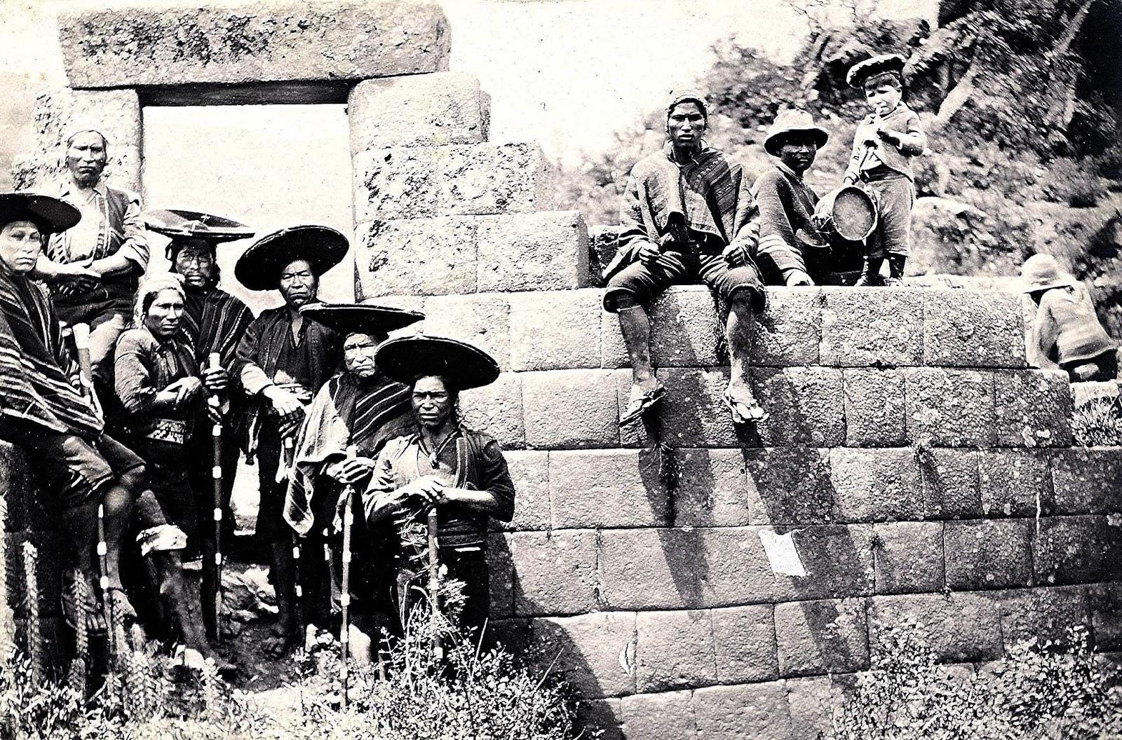 Sentados en Muros de Pisaq en el Cusco