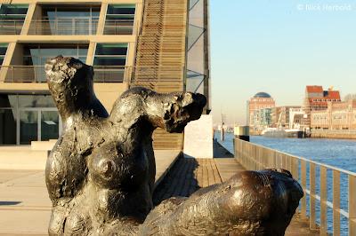 Skulptur vor dem Dockland in Hamburg