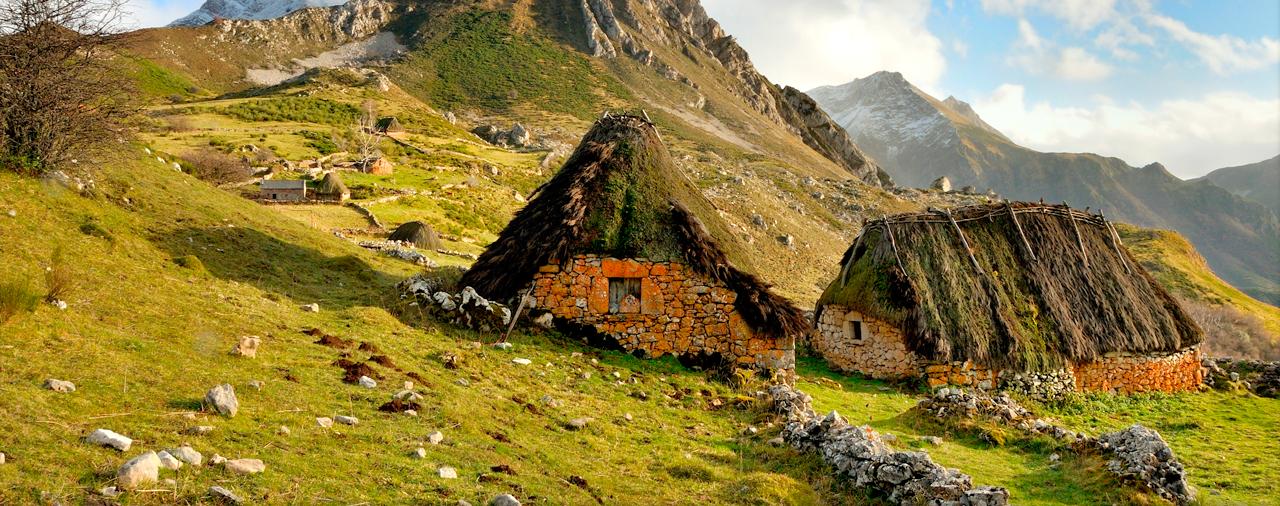 Cabañas de teito en Asturias, arquitectura tradicional en el Parque Natural de Somiedo