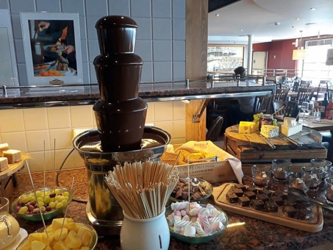 Grande Grillen buffetlounas ja jälkiruokapöytä