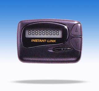 """Pager atau juga dikenal dengan sebutan Beeper adalah radio panggil. Fungsinya mirip SMS, bedanya menggunakan frekuensi radio. Pemakaian pager secara umum sudah """"punah"""" oleh jaman, kalah oleh kehadiran alat telekomunikasi canggih. Namun di sejumlah institusi masih digunakan. Operator layanan dapat menawarkan opsi tipe radio panggil (pager) yang diinginkan pelanggan. Antara lain pager numerik, pager alphanumerik, dan pager respon.  1. Pager numerik hanya dapat menerima panggilan satu arah. Pesan yang dikirim hanya beberapa digit saja. Fiturnya hanya urutan angka dan kode-kode untuk memanggil.  2. Pager alphanumerik sedikit berbeda dengan numerik. Memiliki layar LCD yang lebih luas dari pager numerik. Pagar jenis"""