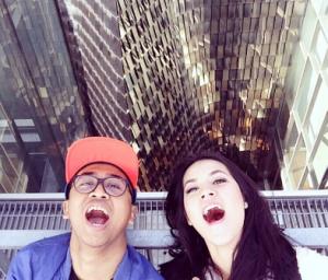 Selfie dengan ekspresi ketawa di tempat yang mainstream