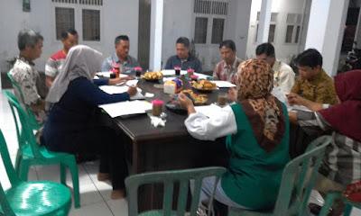 Anggota BKM Kelurahan Giri Banyuwangi Laksanakan Rapat Rutin Bulanan