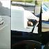 [VÍDEO]Família flagra homem dirigindo uma Fiorino e recebendo bola gato em MG