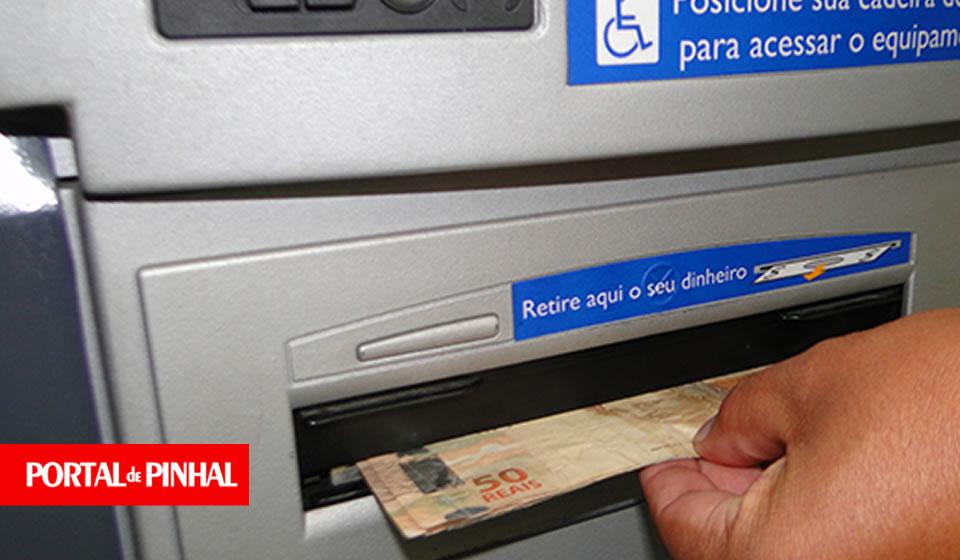 """PM prende estelionatário tentando aplicar o """"golpe da troca de cartões"""" em Pinhal"""
