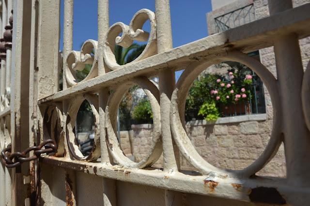 שער נעול וסגור בסיור בשכונות בירושלים