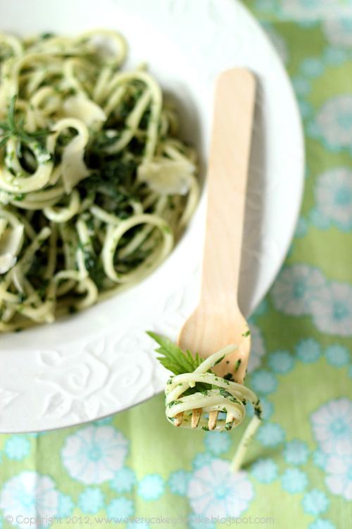 spaghetti w kremowym sosie pokrzywowym z młodej majowej pokrzywy