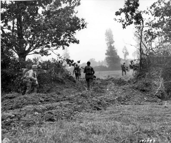 Así quedaba el bocage francés tras el paso de un tanque rinoceronte, permitiendo avanzar a la infantería sin problemas