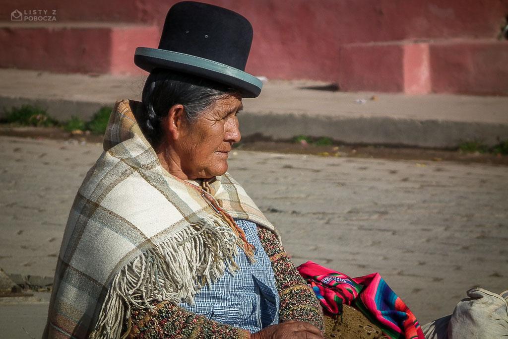 Babuszka czekająca na autobus w jednej z andyjskich wiosek w Peru