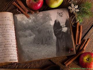 εικ. O τάφος του παπα Τύχωνα, γέροντος του οσίου Παϊσίου,  στον οποίο ο νέος άγιος της Εκκλησίας μας,  φύτεψε δεντρολίβανο για να μη πατιέται  το ενταφιασμένο σκήνος του πνευματικού του πατέρα.