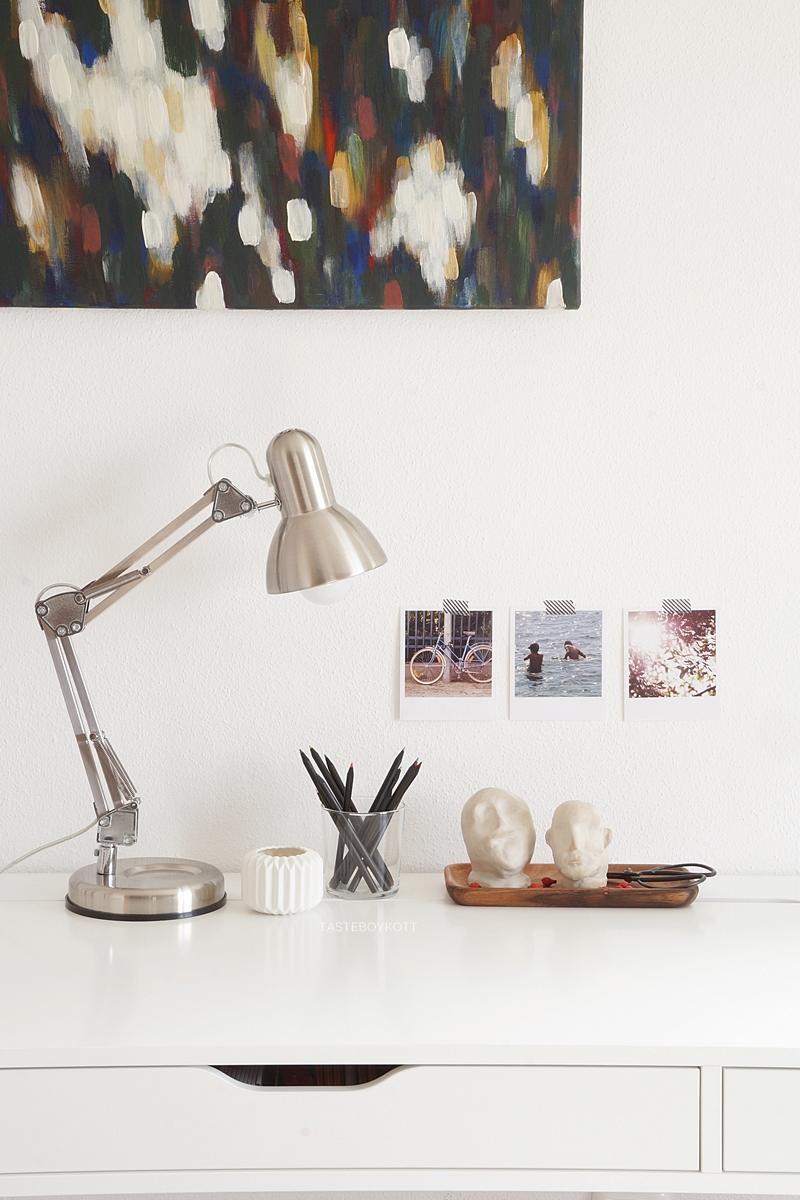 Schreibtisch Ikea Alex weiss dekoriert herbstlich mit Farbakzenten; Leuchte, Holztablett, Fotos, DIY Tonköpfen, preiswerter Deko im modernen skandinavischen Stil. Tasteboykott.