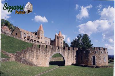 Detalhe com pedra folheta na construção do pórtico de pedra no castelo de pedra.