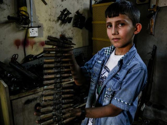 Niño repara rifles para los soldados que pelean contra ISIS