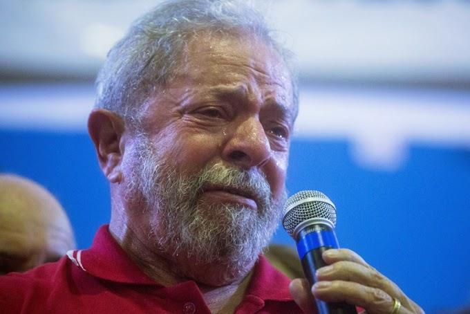 Advogado entrega passaporte de Lula à Polícia Federal em São Paulo