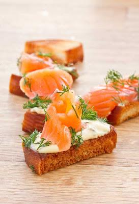 белый хлеб - 4 ломтика; оливковое масло - 2 ст.л.; лайм или лимон - 1 шт.; яйцо - 2 шт.; лосось копченый - 150 гр.; перец черный молотый - по вкусу;
