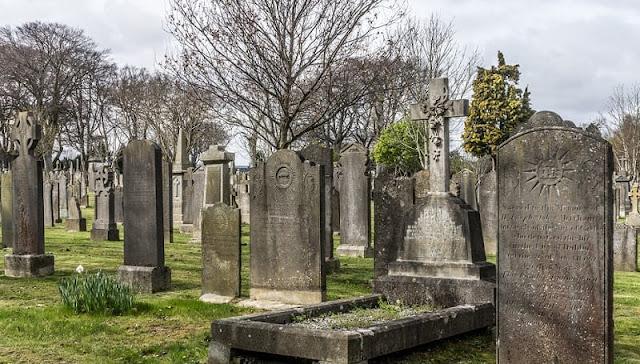 puluhan batu nisan yang telah usang di kuburan