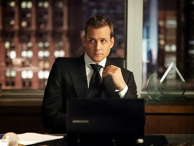 harvey specter sentado en su despacho