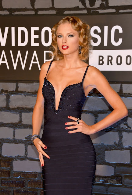 Taylor Swift on the 2013 MTV VMA red carpet.