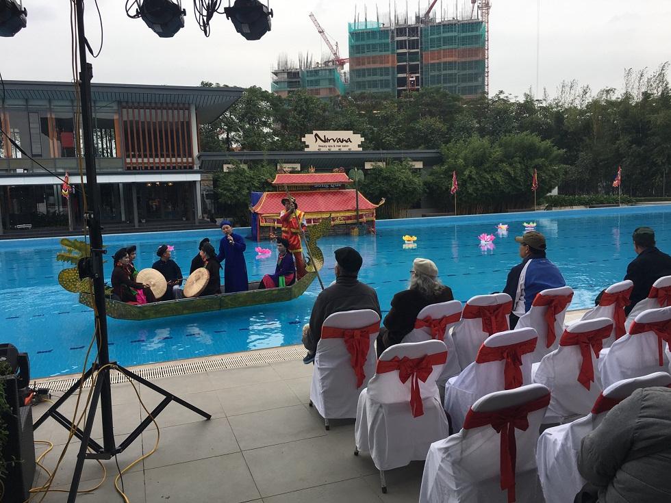 Hoạt động hát quan họ trên thuyền tại khu bể bơi trong Club Gamuda Gardens