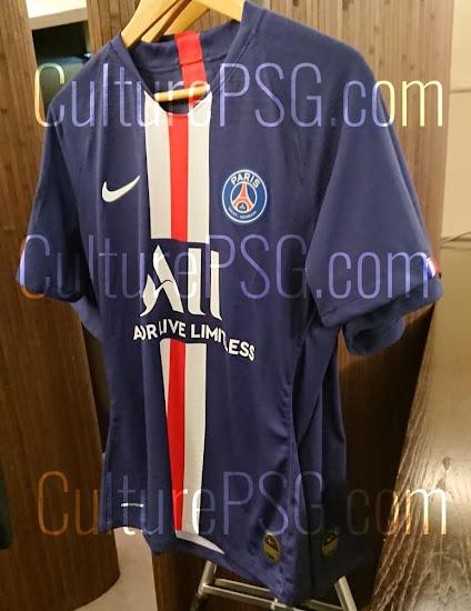 2b07063da37 This picture shows the Paris Saint-Germain 2019-2020 home shirt.