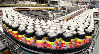 Un trabajador mexicano comprueba la calidad de las botellas de Big Cola en una planta de Huejotzingo, México, el 11 de noviembre de 2005.Daniel AguilarReuters