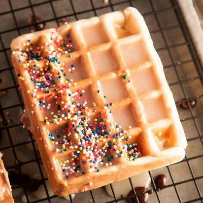 Adonan donut dimasak dalam cetakan waffle.