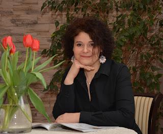 """""""Ja wiem, że dla niektórych osób książka to tylko przedmiot. Dla mnie jednak to czyjś świat, czyjeś emocje zamknięte pomiędzy tekturowymi okładkami. To rodzaj magii, czy pomostu, który przenosi nas w inny wymiar"""" - Wywiad z Anną Sakowicz, autorką książki """"Niedomówienia"""""""