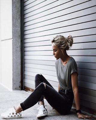 pose sentada tumblr con outfit casual