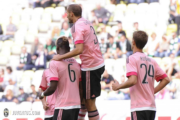 ab8196bb The pink Juventus 15-16 Away Kit was debuted in yesterday's match against  Lechia Gdansk, and the on-pitch impression was much better than what the  first ...