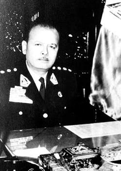 Foto de Juan Velasco Alvarado sentado en su escritorio