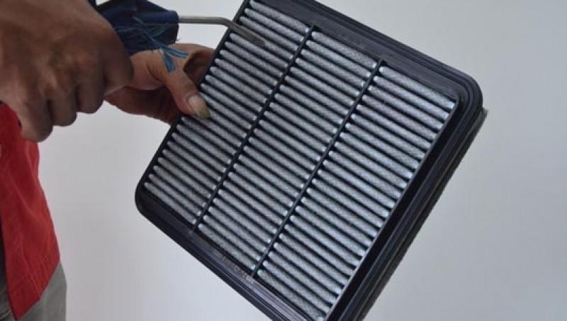 Membersihkan filter udara mesin mobil