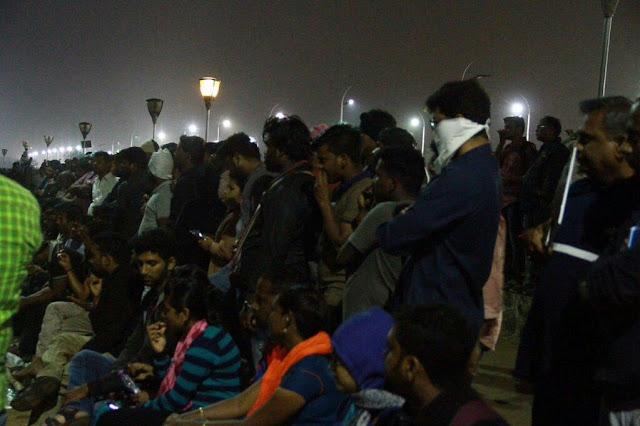 இளைய தளபதி விஜய் மாறுவேடத்தில் மெரினா போராட்ட களத்தில் குதித்தார்