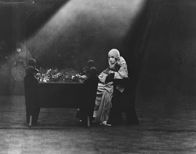 Η Λίλιαν Γκις στο φιλμ Μισαλλοδοξία του Ντέιβιντ Γκρίφιθ / Lillian Gish in D.W. Griffith's Intolerance