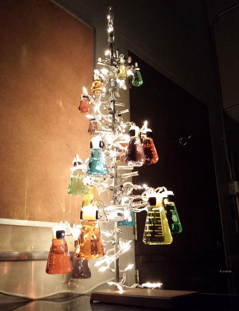con recipientes aqu os presento tambin unos originales arboles navideos decorados con probetas porque quin dijo que los cientficos son aburridos