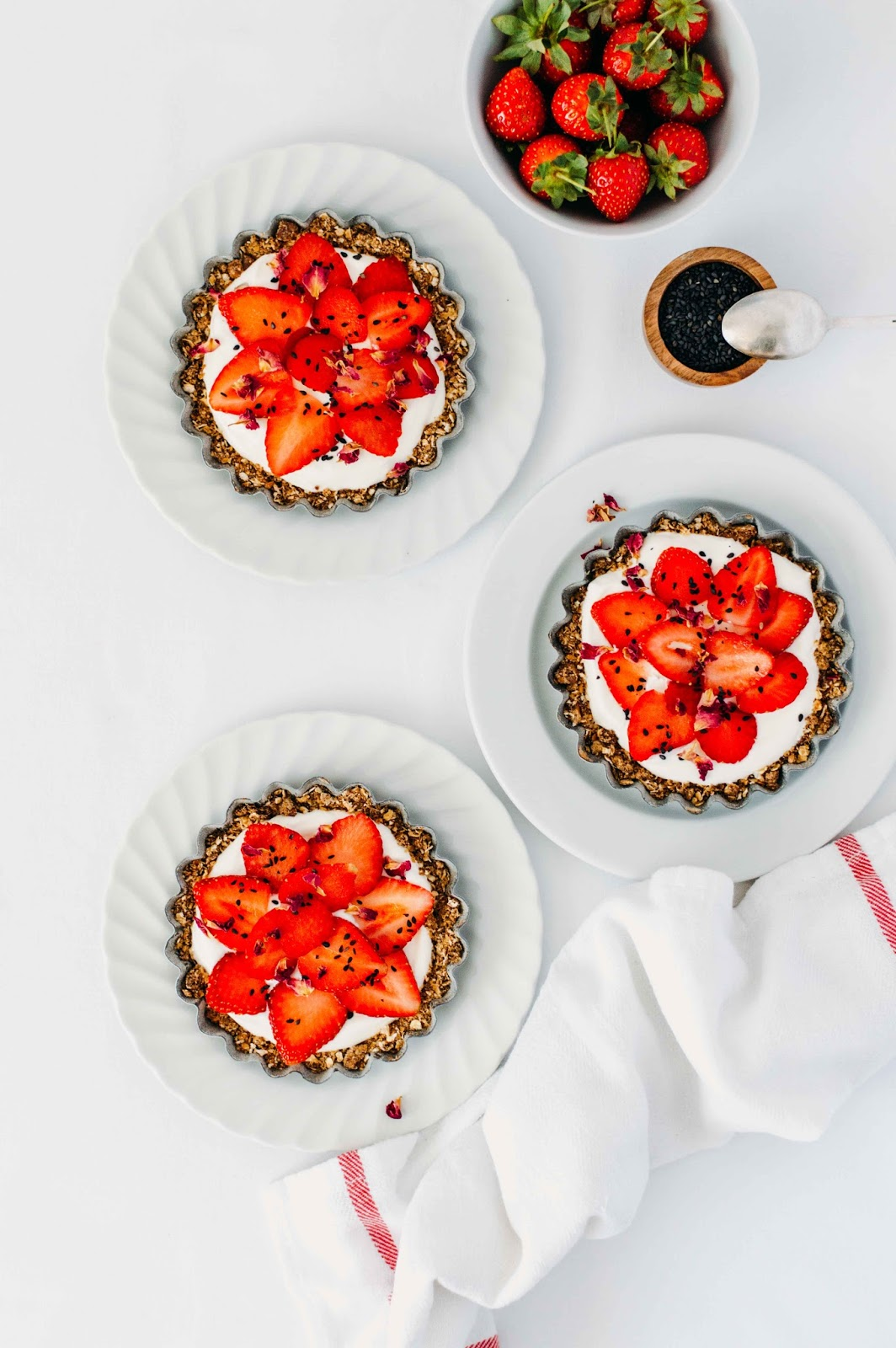 Oats, Cardamom and Strawberries Tartelettes | https://oandrajos.blogspot.com