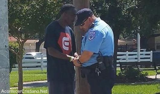 Ex delincuente orando por policía