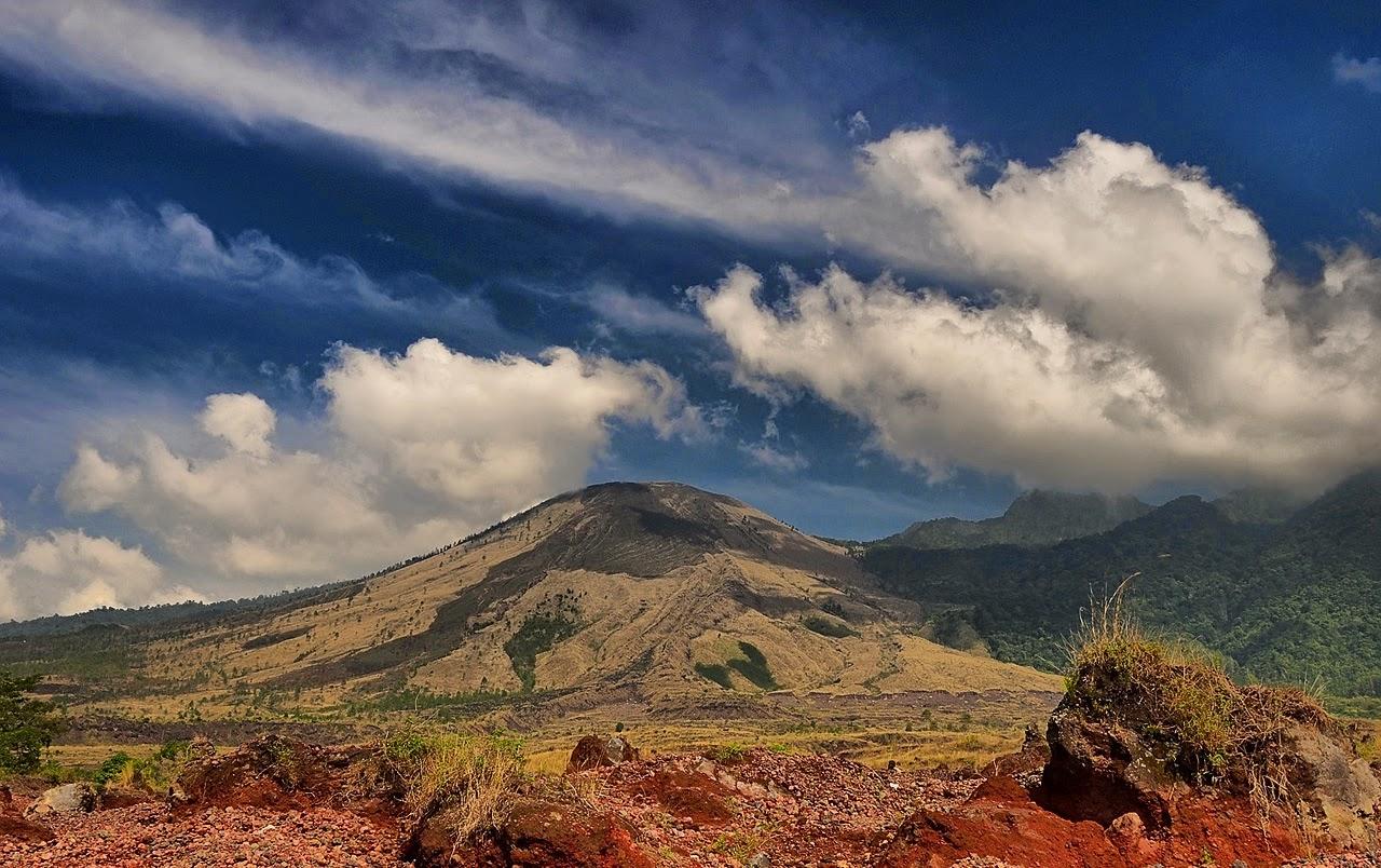 3 Pendaki Gunung Guntur Dievakuasi Karena Kedinginan
