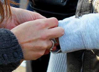 Мама помогает сыну закрепить штрих-код на руке