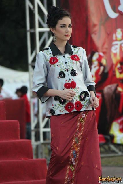 Beberapa set pakaian pun dikenakan oleh Arumi.