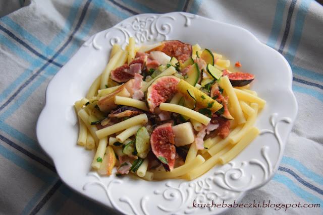 Makaron z figą, gruszką, boczkiem i cukinią