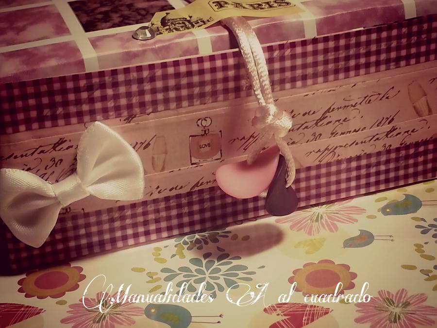 Una caja decorada con scrapbooking